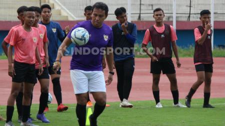 Bima Sakti memimpin latihan pemain Timnas Indonesia U-16 di Stadion Gelora Delta, Sidoarjo. Jumat (17/01/20). - INDOSPORT