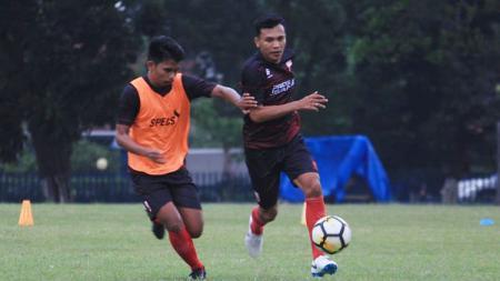 Persijap Jepara terus menambah amunisi menghadapi Liga 2 2020, termasuk merekrut Ilham Irhas (kanan). - INDOSPORT