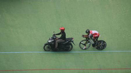 Pembalap andalan tim Para Cycling Indonesia, M Fadli Immamuddin berlatih di Velodrome Manahan, Solo. - INDOSPORT