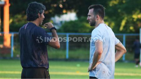 Pelatih Bali United, Stefano Cugurra Teco saat berbincang dengan Ilija Spasojevic usai sesi latihan di Lapangan Samudra, Kuta, Badung, Jumat (17/1/20) sore. - INDOSPORT