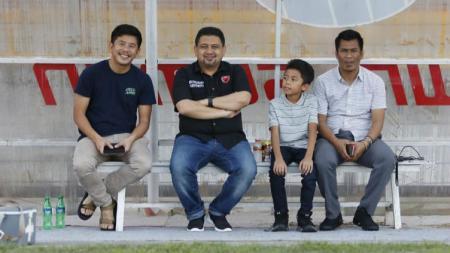 Febriyanto Wijaya (paling kiri) bersama CEO PSM Makassar, Munafri Arifuddin. - INDOSPORT
