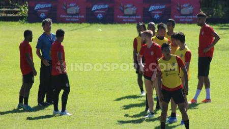 Pelatih Bali United, Stefano Cugurra Teco, saat memberikan instruksi pada Haudi Abdillah dan para pemain Bali United dalam latihan di Lapangan Samudra, Legian, Badung, Sabtu (18-1-20) pagi tadi. - INDOSPORT