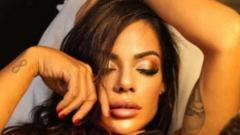 Indosport - Ekspresi model asal Brasil, Suzy Cortez, saat mentato wajah Lionel Messi di bagian bawah perut.