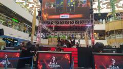 Indosport - Peserta bertarung di Final Regional Barat Turnamen Mobile Premier League (MPL) Piala Presiden eSports 2020 yang digelar di 23 Paskal Shopping Center, Kota Bandung, Sabtu (18/1/20).
