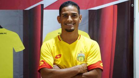 Penyebaran virus corona membuat gelandang Bhayangkara FC, Renan Silva 'terkurung' sementara di Jakarta. - INDOSPORT