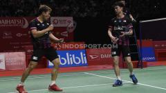 Indosport - Inilah momen ketika bola hasil pukulan dari pebulutangkis ganda putra Kevin Sanjaya sukses buat raket pasangan Malaysia, Aaron Chia/Soh Wooi Yik bengkok.