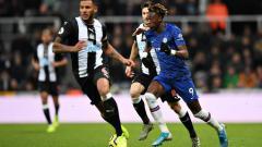 Indosport - Pemain Chelsea Berusaha Merebut Bola dari Kaki Pemain Newcastle United
