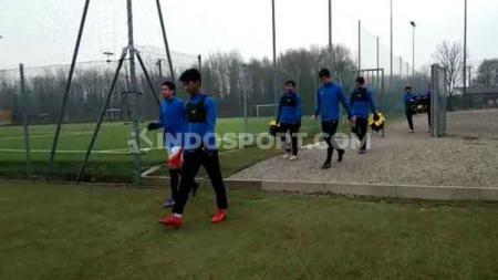 Penggawa Garuda Select II mendapat waktu libur berlatih pada Minggu (19/01/20). Momen libur latihan tersebut langsung dimanfaatkan untuk menyaksikan langsung pertandingan Serie A Liga Italia antara AC Milan vs Udinese. - INDOSPORT