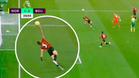 Aksi 'tangan tuhan' Steve Cook di laga Norwich City vs Bournemouth berujung kartu merah dan kekalahan bagi timnya - INDOSPORT