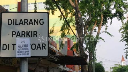 Poster protes pada Persebaya yang ditempel Bonek. - INDOSPORT
