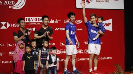 Dalam podium ganda putra Indonesia Masters 2020, hanya Kevin Sanjaya saja yang tampak berdiri sendiri tanpa didampingi anak-anak. - INDOSPORT