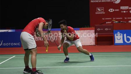 Pemain bulutangkis Indonesia, Apriyani Rahayu, seolah mengalami kerasukan The Minions setelah melakukan ganti raket di tengah pertandingan final Spain Masters. - INDOSPORT