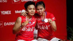 Apriyani Rahayu meneteskan air mata dalam konfrensi pers pasca juara Indonesia Masters 2020 bersama Greysia Polii.
