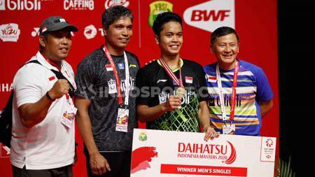 Pelatih tunggal putra, Hendry Saputra memberikan evaluasinya terkait performa dari pebulutangkis Anthony Sinisuka Ginting usai menjuarai Indonesia Masters 2020. - INDOSPORT