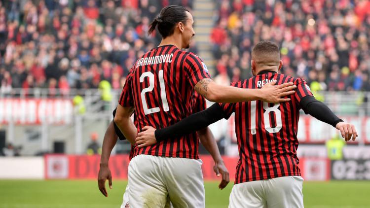 Ante Rebic (kanan) bersama dengan Zlatan Ibrahimovic pasca menyamakan kedudukan untuk AC Milan atas lawannya, Udinese. Copyright: Mattia Ozbot/Soccrates/Getty Images