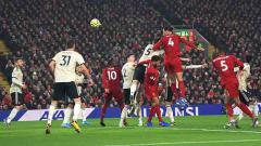 Indosport - Virgil van Dijk melakukan sundulan beberapa saat sebelum mencetak gol ke gawang Man United di pekan ke-23 Liga Inggris, Minggu (19/01/20).