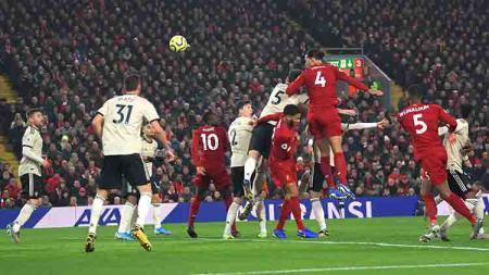 Virgil van Dijk melakukan sundulan beberapa saat sebelum mencetak gol ke gawang Man United di pekan ke-23 Liga Inggris, Minggu (19/01/20). - INDOSPORT