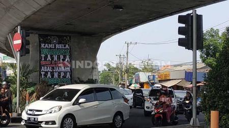 Salah satu spanduk terpasang di Jalan Banyu Urip, Surabaya. Hal ini menjadi bentuk keprihatinan pendukung Persebaya, Bonek. - INDOSPORT
