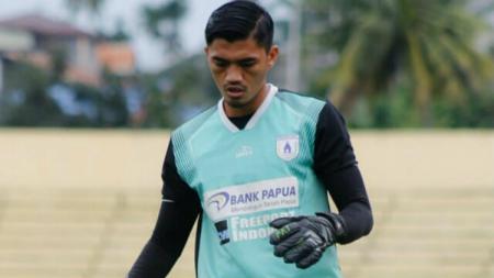 Pemain muda klub Liga 1 Persipura Jayapura, Fitrul Dwi Rustapa mengaku ibadah dan aktivitasnya tak terhalang oleh situasi dan kondisi pandemi corona. - INDOSPORT