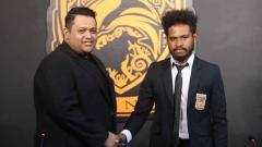Indosport - Klub sepak bola Borneo FC secara resmi telah memperkenalkan para penggawanya untuk mengarungi kompetisi Liga 1 2020. Selain pelatih anyar, Edson Tavares, ada juga sejumlah pemain baru seperti Fransisco Torres dan Imanuel Wanggai.