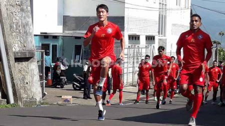 Pelatih Arema FC, Mario Gomez, langsung menggeber fisik skuat Arema FC di hari kedua program TC di Kompleks Agrowisata Kusuma Kota Batu, Jawa Timur. - INDOSPORT