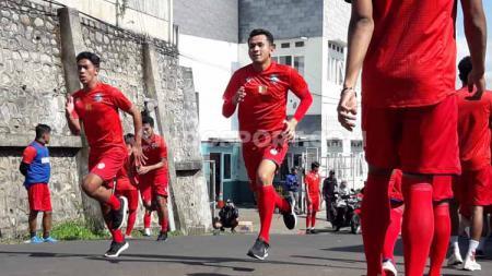 Pelatih Arema FC, Mario Gomez mengatakan bahwa anak asuhnya akan diganjar denda hingga jutaan rupiah jika terlambat latihan sepanjang bergulirnya Liga 1 2020. - INDOSPORT