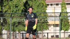 Indosport - Rivky Mokodompit mulai latihan perdana di tim Persebaya.