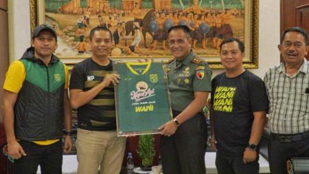 Rombongan yang dipimpin Sekretaris Persebaya Ram Surahman tersebut bertemu langsung dengan pemimpin tertinggi Kodam V/Brawijaya, Mayor Jenderal TNI R. Wisnoe Prasetja Boedi. - INDOSPORT