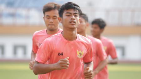 Pemain muda PSIS Semarang, Pratama Arhan, melakoni seleksi bersama timnas Indonesia U-19 di Stadion Wibawa Mukti. - INDOSPORT