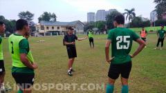 Indosport - Asisten pelatih PSMS Medan, Isman Jasulmei (baju hitam), memimpin langsung sesi latihan tim menjelang Liga 2 2020 di Stadion Kebun Bunga.