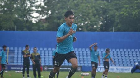 Winger Sriwijaya FC, Firman Septian, tengah menjalani latihan recovery menjelang Liga 2 2020 di Stadion Bumi Sriwijaya, Palembang, Senin (20/1/20). - INDOSPORT