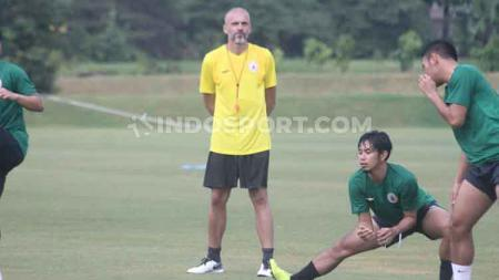 Pelatih PSS Sleman, Eduardo Perez tak ingin terburu-buru menentukan starting eleven untuk musim depan. - INDOSPORT