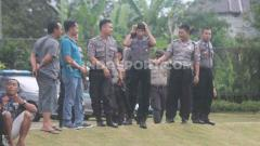 Indosport - Sejumlah polisi nampak menjaga latihan perdana klub Liga 1 PSS Sleman di Lapangan Yogyakarta Independent School (YIS), Sleman.