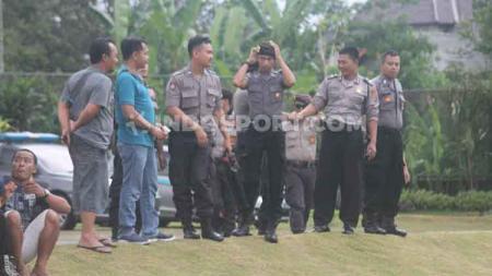 Sejumlah polisi nampak menjaga latihan perdana klub Liga 1 PSS Sleman di Lapangan Yogyakarta Independent School (YIS), Sleman. - INDOSPORT