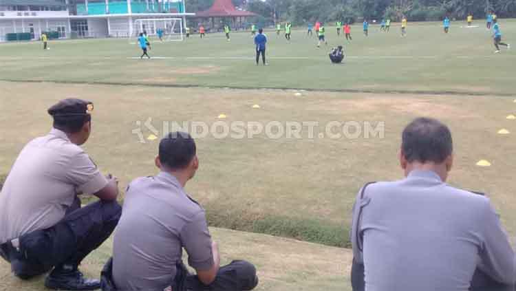 Belasan polisi amankan latihan perdana PSS Sleman di Lapangan YIS, Sleman, Selasa (21/01/20). Copyright: Ronald Seger Prabowo/INDOSPORT