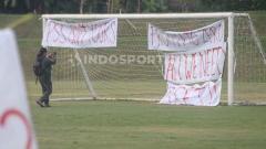 Indosport - Sejumlah spanduk protes ditempat di tiang gawang tempat PSS Sleman menggelar latihan perdana jelang Liga 1 2020.