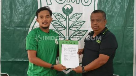 Manajer PSMS Medan, Mulyadi Simatupang (kanan), saat memperkenalkan pemain barunya, M. Rifqi untuk mengarungi Liga 2 2020 mendatang. - INDOSPORT