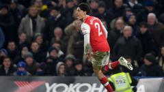 Indosport - Hector Bellerin berselebrasi usai mencetak gol penyama kedudukan dalam laga Liga Inggris Chelsea vs Arsenal