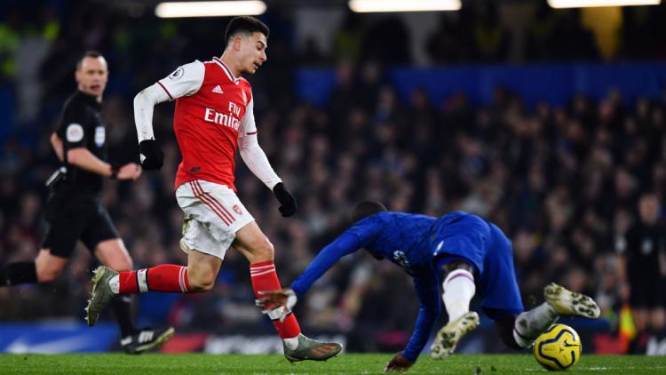 Momen Gabriel Martinelli berhasil memperdaya N'Golo Kante di laga Chelsea vs Arsenal