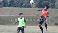 Indosport - Samsul Arifin (kanan) jadi salah satu pemain baru yang didatangkan PSS Sleman.