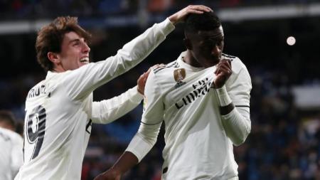 Alvaro Odriozola dan Vinicius Junior merayakan golnya untuk Real Madrid di LaLiga Spanyol 2019/2020. - INDOSPORT