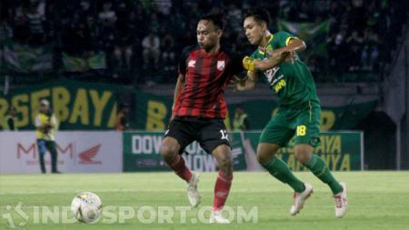 Iman Budi Hernandi saat memperkuat Persis Solo melawan Persebaya Surabaya dalam uji coba di Stadion Gelora Bung Tomo, 11 Januari 2020. - INDOSPORT