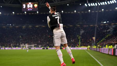 Bintang Juventus, Cristiano Ronaldo merayakan golnya ke gawang AS Roma di pertandingan perempatfinal Coppa Italia, Kamis (23/01/20) dini hari WIB. - INDOSPORT
