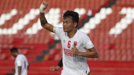 Di tengah pandemi virus corona, penyerang andalan klub Liga 1 2020 PSM Makassar, Ferdinand Sinaga terlihat mesra bersama keluarga dengan melakukan olahraga. - INDOSPORT