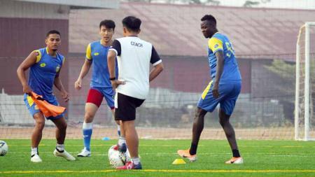 Ezechiel N'Douassel saat latihan bersama klub Liga 1 Bhayangkara FC. - INDOSPORT