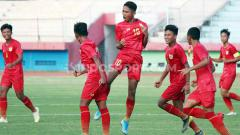 Indosport - Selebrasi pemain Timnas Indonesia u-16, Marselino (tengah) saat pertandingan uji coba lawan PSBK Blitar di Stadion Gelora Delta, Sidoarjo, Kamis (23/01/20).