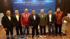 Indosport - Direktur Utama PT LIB, Cucu Soemantri (tengah) didampingi para komisaris dan direktur usai jumpa pers di Anvaya Beach Resort.