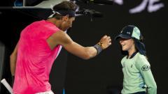 Indosport - Ball girl bernama Anita mengalami kejadian tak terduga saat bertugas di pertandingan babak kedua Australia Open 2020.