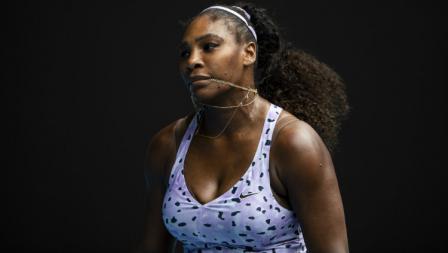 Ekspresi Serena Williams saat tertinggal dari Wang Qiang di babak ketiga Australia Terbuka 2020.