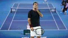 Indosport - Roger Federer mengamati layar saat challenge review dalam laga sengit melawan John Millman.